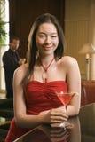 Femme de observation d'homme au bar. photographie stock libre de droits