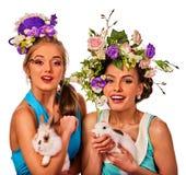 Femme de Pâques tenant ensemble le lapin Femmes dans le style de vacances Image stock