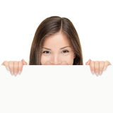 Femme de panneau-réclame regardant au-dessus du signe Photos stock