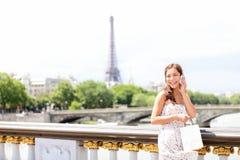 Femme de Paris au téléphone photo stock