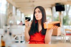 Femme de partie avec la célébration en verre de boîte-cadeau et de vin images libres de droits