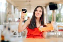 Femme de partie avec la célébration en verre de boîte-cadeau et de vin photos libres de droits