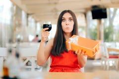 Femme de partie avec la célébration en verre de boîte-cadeau et de vin photographie stock