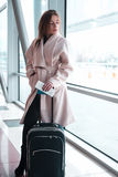 Femme de passager dans des transports aériens de attente d'aéroport Image stock