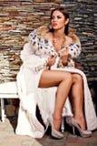 Femme de passion dans le manteau de fourrure de luxe de lynx Photographie stock libre de droits
