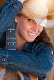 Femme de pays tenant la guitare Photographie stock
