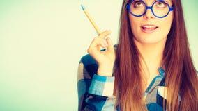 Femme de pensée ringarde dans le stylo de participation en verre Photo libre de droits