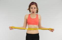 Femme de perte de poids choquée image libre de droits