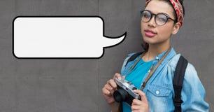 Femme de photographe avec la bulle de la parole tenant un appareil-photo sur le fond gris Photographie stock libre de droits