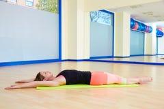 Femme de Pilates étirant la séance d'entraînement d'exercice au gymnase Photos libres de droits