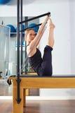 Femme de Pilates dans l'exercice de monki de réformateur image stock