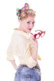 Femme de pin-up assez rouge-heaed avec des verres Photo libre de droits