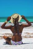 Femme de plage avec le chapeau Image stock
