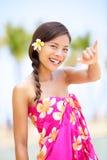 Femme de plage d'Hawaï faisant le signe hawaïen de main de shaka Photo libre de droits