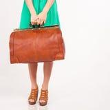 Femme de plan rapproché tenant le bagage de main, le poids et les dimensions de bagages Photographie stock libre de droits