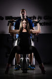 femme de poids de formation de gymnastique Femme faisant traction-UPS exerçant les haltères de levage image libre de droits