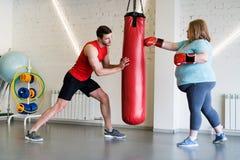 Femme de poids excessif dans la formation de boxe photos libres de droits