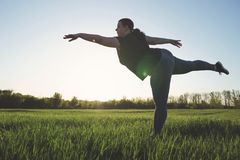 Femme de poids excessif dansant dehors Concept de liberté Photos stock
