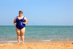 Femme de poids excessif sur la plage Images libres de droits