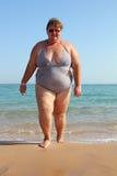 Femme de poids excessif sur la plage Photos libres de droits
