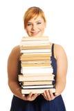 Femme de poids excessif tenant des livres Photos stock
