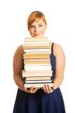 Femme de poids excessif tenant des livres Images libres de droits