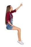 Femme de pointage reposant la vue de côté Photos stock