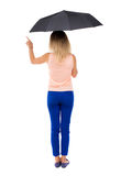 Femme de pointage sous un parapluie Photo stock