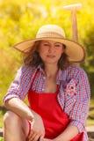 Femme de portrait avec le chapeau dans le jardin Photo stock