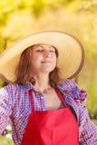 Femme de portrait avec le chapeau dans le jardin image libre de droits