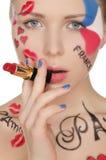 Femme de portrait avec le rouge à lèvres sur le thème de Paris Photo stock