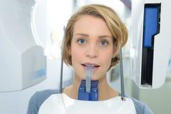 Femme de portrait ayant le rayon X dentaire photos stock