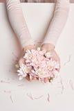 Femme de portrait d'art de mode en robe et fleurs d'été dans sa main avec un maquillage contrastant lumineux Filles créatives de  Photo stock