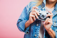 Femme de portrait dans appareil-photo de veste de jeans le rétro Photographie stock