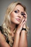 Femme de portrait de mode de vie belle avec de longs cheveux blancs sains et maquillage frais Fond non d'isolement et gris d'inté Photos stock