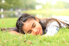 Femme de portrait dormant sur l'herbe Photo stock