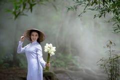 Femme de portrait portant la participation traditionnelle de robe d'ao Dai Vietnam image stock