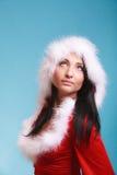 Femme de portrait utilisant le costume du père noël sur le bleu Photos libres de droits