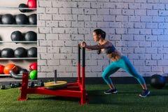 Femme de poussée de traîneau poussant la séance d'entraînement de poids Photographie stock libre de droits