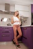 Femme de Pregannt dans la cuisine Photos stock