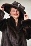 Femme de première qualité habillée dans le manteau de fourrure luxueux Images stock