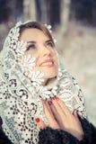 Femme de prière dans le tippet de dentelle en hiver Fille de conte de fées dans un paysage d'hiver Noël Photographie stock libre de droits