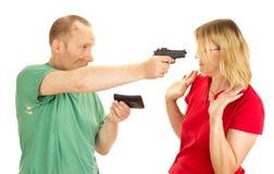 Femme de prise d'homme au canon du pistolet Photos libres de droits