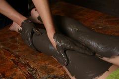 Femme de procédure de massage de chocolat de café dans une station thermale de salon de beauté Photographie stock