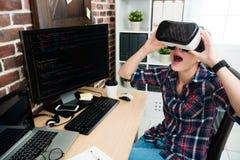 Femme de programmeur employant des lunettes de réalité virtuelle Photo stock