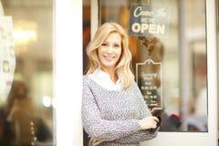 Femme de propriétaire de magasin d'habillement Image libre de droits