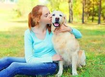 Femme de propriétaire et chien heureux de golden retriever Photo libre de droits