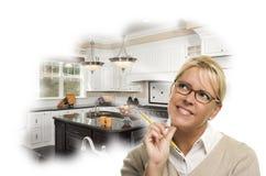 Femme de rêverie avec le crayon au-dessus de la pensée faite sur commande de photo de cuisine photo libre de droits