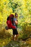 Femme de randonneur avec la montagne rocheuse de grand sac à dos images libres de droits