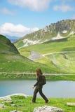 Femme de randonneur marchant sur le chemin forestier dans des Alpes de les, Frances. photo stock